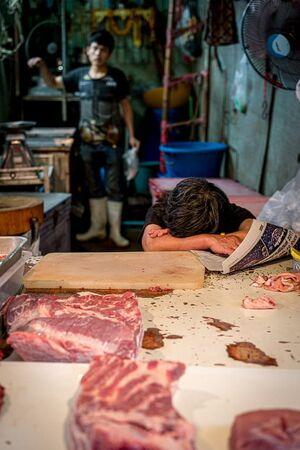 昼寝中の肉屋