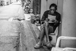 書類を読む男