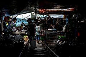 メークロン線路市場で買い物する女