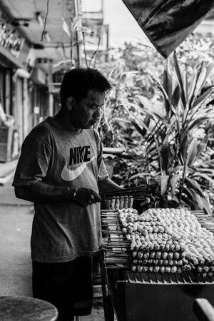 バナナを串焼きにしていた男