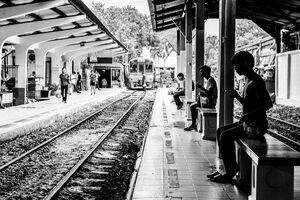 プラットホームで列車が来るのを待っているシルエット