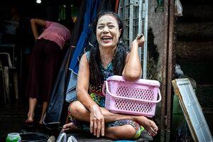 白い顔で大笑いする女性
