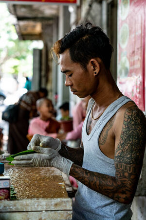 Kun seller with big tattoo