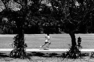 校庭を走る人影