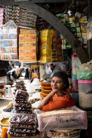 商品に囲まれた女性