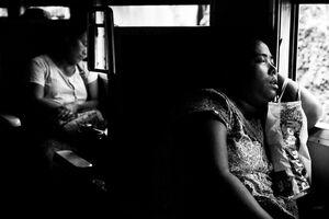 車内で心地よさそうに寝る女性