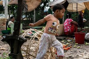 Little boy playing in Da Nyin Gone station