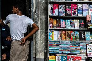 本がびっしりと並べられた棚