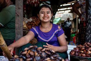栗を売っていた笑顔の女性