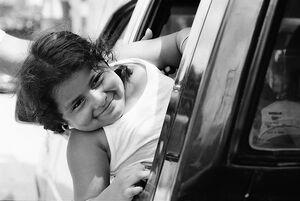 車窓から乗り出した女の子