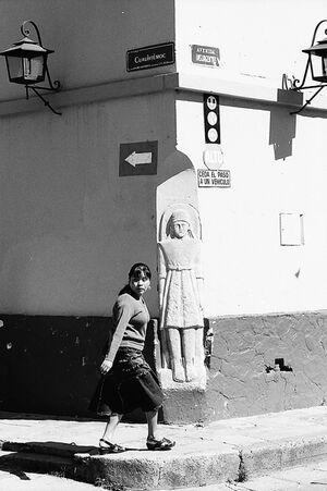 石像のある町角