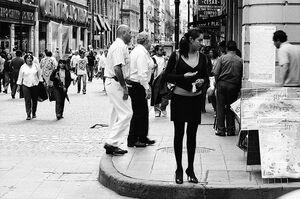 町角に立つ女