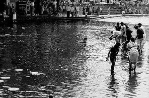 聖なる川で沐浴する人びと