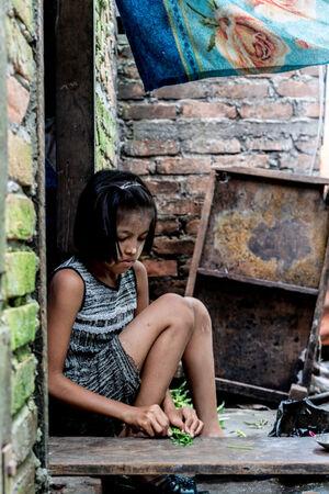 食材を包丁で刻む女の子