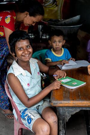 喫茶店で勉強していた女の子と男の子