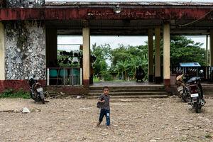 駅前をひとりで歩く男の子