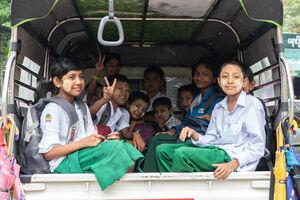 荷台に乗った生徒たち