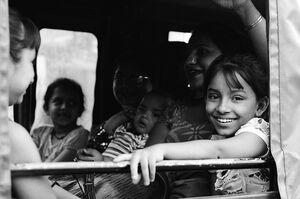 車に乗った女の子の微笑み