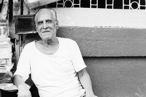 休んでいた年配の男