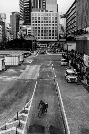 新宿西口ロータリーの大きな通りを走る自転車