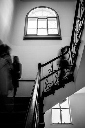 黒田記念館の階段を上り下りする人影