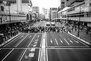 一斉に横断歩道を渡る歩行者たち
