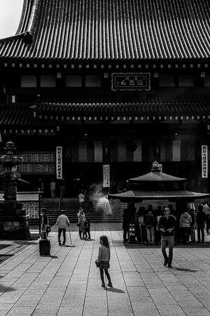 川崎大師の大本堂の前に立つ幼い女の子