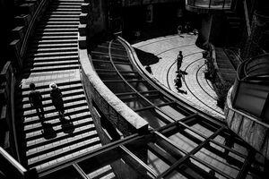 階段を並んで上るカップル
