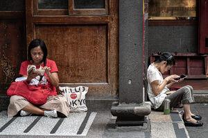 龍山寺の境内に腰を下ろしていたふたりの女性