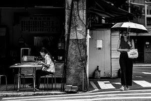 信号待ちする女性と食事中の女性