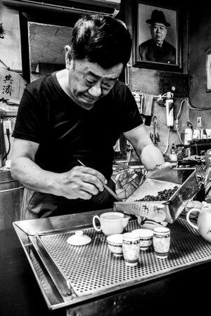 台湾茶を淹れる男
