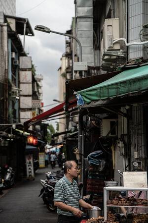 路上で食べ物を販売する男