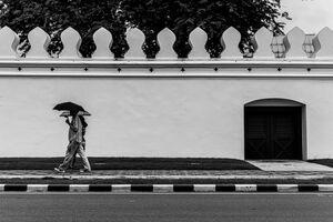 傘を差して歩くカップル