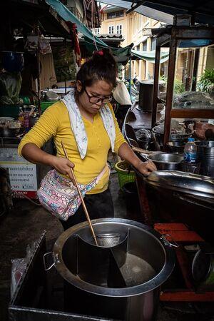 ター・ティアン市場で麺を茹でていた女性