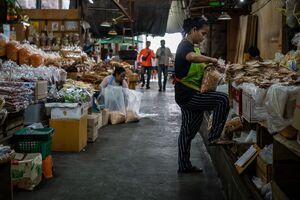 ター・ティアン市場で働く女性