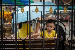 エラワン廟で遊んでいた幼い男の子