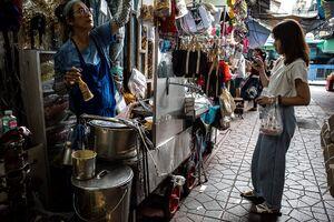 Shop owner and customer in Sampeng Market