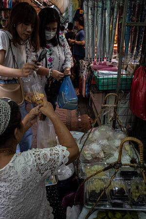 サンペーン市場の行商人と女性客