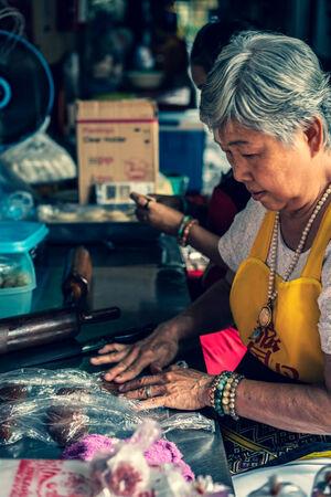 団子を作る女性たち