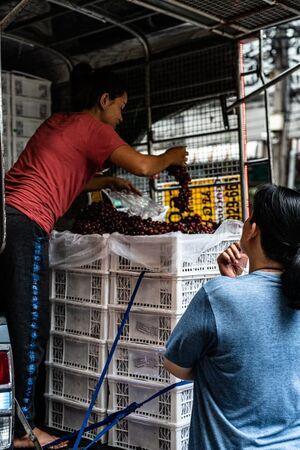 トラックの上の葡萄売り