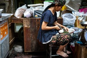 ハサミで食材を切り刻む女性