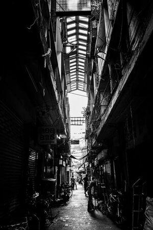 薄暗いチャイナタウンの路地