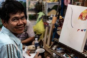 チャトゥチャック市場で働いていた画家の笑顔