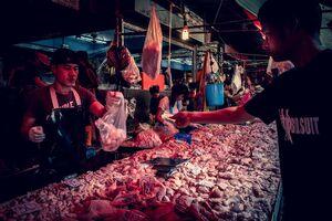クロントゥーイ市場の肉屋で肉を買う男