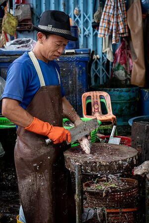 Man wearing a snazzy hat in Khlong Toei Market