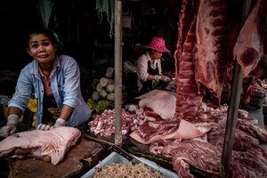 クロントゥーイ市場で働いていた目を見開いた女性の肉屋