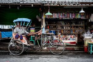 雑誌販売店の前に駐められたサムロー