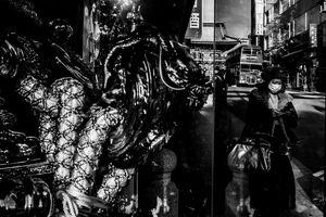 神輿と二階建てバスと神田明神の門と通行人の女性