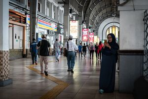 Woman wearing a chador in Jakarta Kota Station