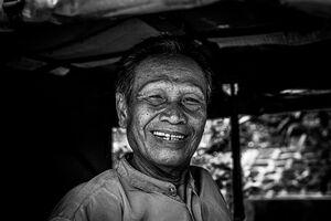 顔を皺くちゃにして笑う男